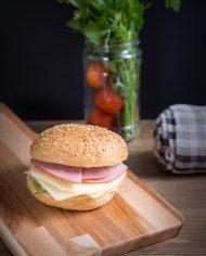 Σμ03- λευκό ψωμάκι με αλλαντικά(γαλοπούλα, ζαμπόν ή καπνιστή μπριζόλα) (1,20€)